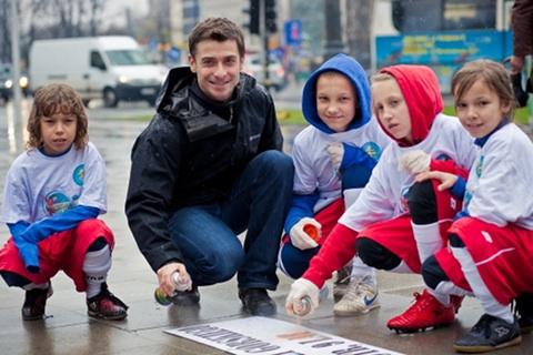 Kacper Kuszewski z dziećmi, fot. materiały prasowe