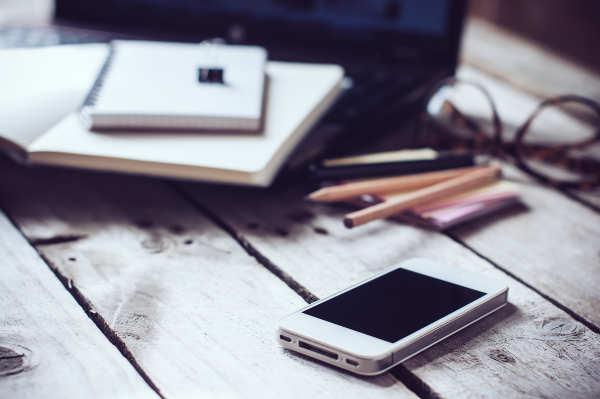 telefon na stole